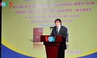 """Journalist Tran Mai Hanh mit seinem Buch """"Kriegserzählung 1-2-3-4.75"""""""