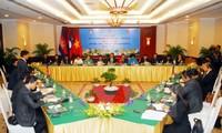 Vietnamesische und kambodschanische Jugendliche arbeiten zusammen