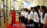 Ausstellung von Landkarten und Exponaten über vietnamesische Inselgruppen Hoang Sa und Truong Sa