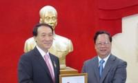 มอบเข็มที่ระลึกเพื่อสันติภาพมิตรภาพระหว่างประชาชาติให้แก่เอกอัครราชทูตสาธารณรัฐเกาหลี