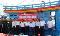 สถานีวิทยุเวียดนามมอบเงิน400ล้านด่งให้แก่ชาวประมงจังหวัด Quảng Ngãi เพื่อต่อเรือลำใหม่