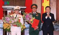 ประธานประเทศ เจืองเติ๊นซาง มอบมติเลื่อนยศให้แก่เจ้าหน้าที่ทหาร