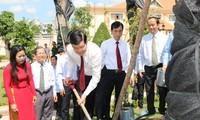 ประธานประเทศ จุดธูปณเขตอนุสรณ์สถานรำลึกนักกฎหมาย เหงียนหิวเถาะในลองอาน