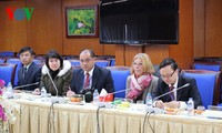 คณะผู้สื่อข่าวระหว่างประเทศที่เข้าร่วมการประชุมสมัชชาใหญ่พรรคสมัยที่12เยือนสถานีวิทยุเวียดนาม