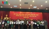 มอบทุนการศึกษาของรัฐบาลเวียดนามให้แก่ลูกหลานชาวลาวเชื้อสายเวียดนาม