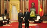 ประธานประเทศเจิ่นด่ายกวางให้การต้อนรับนาย คำเมิง พงทะดี ปลัดสำนักประธานประเทศลาว