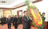 คณะผู้แทนระดับสูงของพรรคและรัฐเวียดนามเข้าร่วมพิธีไว้อาลัยอดีตประธานรัฐสภาลาวสะหมาน วิยะเกด