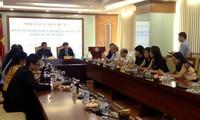 ผู้บริหารของสถานีวิทยุเวียดนามให้การต้อนรับคณะนักข่าวของลาวที่เดินทางมาเยือนเวียดนาม