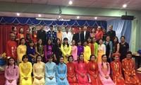 ชมรมชาวเวียดนามในอำเภอพังโคนได้ประสานกับโรงเรียนวิทยาคารเปิดชั้นเรียนสอนภาษาเวียดนามให้แก่นักเรียน