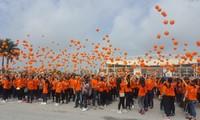 ผู้คนเกือบ 3 พันคนเข้าร่วมกิจกรรมเดินเท้าเพื่อผู้เคราะห์ร้ายจากสารพิษสีส้มไดอ๊อกซิน