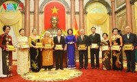 รองประธานประเทศ ดั่งถิหงอกถิ่ง ให้การต้อนรับคณะอดีตครูอาจารย์ชาวไทยเชื้อสายเวียดนาม