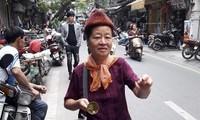 แม่ค้าเร่ขายถั่วลิสงคั่วรสสมุนไพรในย่านโบราณ 36 สายของกรุงฮานอย