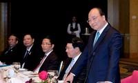 นายกรัฐมนตรี เหงียนซวนฟุก พบปะกับผู้บริหารของกลุ่มบริษัทและนักลงทุนของเวียดนามและออสเตรเลีย