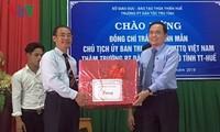 ประธานแนวร่วมปิตุภูมิเวียดนามเยี่ยมเยือนและมอบของขวัญให้แก่ชนกลุ่มน้อยในจังหวัดเถื่อเทียนเว้