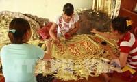 อาชีพตอกลายเครื่องเงินในหมู่บ้านด่งเซิม
