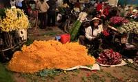 Quang Ba night flower market
