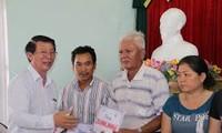 越南水产加工与出口协会和岘港市渔业协会向该市船主赠送礼物