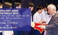 """""""相约越南""""组织向西原地区及宁顺和庆和两省特困学生颁发奖学金"""