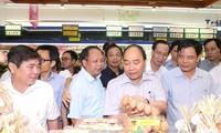 越南政府总理阮春福检查胡志明市食品卫生安全
