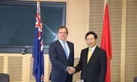 越南政府副总理兼外长范平明与新西兰外长麦卡利举行会谈