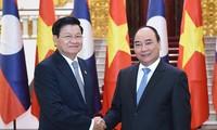 越南政府总理阮春福与老挝总理通伦举行会谈