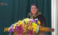 越南国会副主席丛氏放与山萝省武装力量选民接触