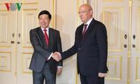 越南政府副总理兼外长范平明与葡萄牙外长席尔瓦举行会谈