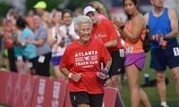 94岁老太成为世界上完成半程马拉松的最年长女性