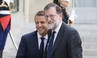 """Catalogne: Macron dit à Rajoy son """"attachement à l'unité constitutionnelle de l'Espagne"""""""