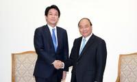 Le PM Nguyên Xuân Phuc reçoit le conseiller spécial de Shinzo Abé