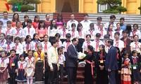 Trân Dai Quang reçoit des enfants démunis exemplaires du pays