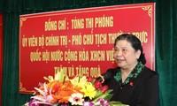 Tong Thi Phong distribue des cadeaux aux personnes méritantes à Nghê An