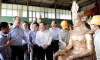 Нгуен Тхиен Нян провёл осмотр в ремесленных деревнях в провинции Намдинь и пригороде Ханоя