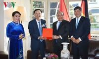 Нгуен Суан Фук посетил генконсульство Вьетнама во Франкфурте