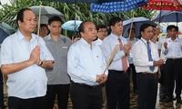 Нгуен Суан Фук зажёг благовония в мемориальном комплексе 52-го полка «Тэй-Тиен»