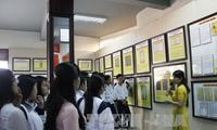 В уезде Нгоккхой провинции Контум показываются материалы об островах Хоангша и Чыонгша