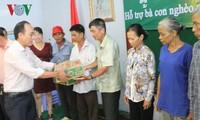 Entregan regalos a los vietnamitas en condiciones difíciles en Camboya