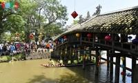 Visitan el antiguo puente de azulejos de Thanh Toan en Hue