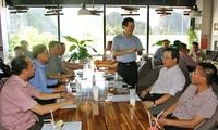 Dirigeants et entrepreneurs autour d'une tasse de café