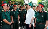Le président Tran Dai Quang rend visite aux forces armées de Nghe An