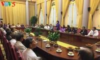 Dang Thi Ngoc Thinh rend hommage aux personnes méritantes de Thua Thien-Hue
