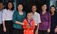 Nguyen Thi Kim Ngan rend visite aux familles méritantes de Ho Chi Minh-ville