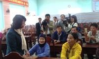 Dang Thi Ngoc Thinh au chevet des familles sinistrées de Muong La