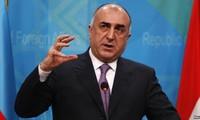 Le chef de la diplomatie azerbaïdjanais reçu par Nguyen Xuan Phuc