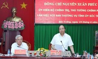 Nguyên Xuân Phuc travaille avec des responsables de Soc Trang