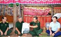 Dô Ba Ty distribue des cadeaux aux sinistrés des crues à Lào Cai