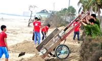 Đà Nẵng: Chung tay làm sạch bãi biển sau bão