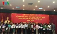 Trao học bổng của Chính phủ Việt Nam cho con em Việt kiều ở Lào