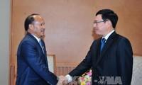 Фам Бинь Минь принял министра торговли Непала Роми Гаушан Тхакали