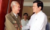 Le président Truong Tan Sang rencontre les anciens combattants de la bataille de Dien Bien Phu